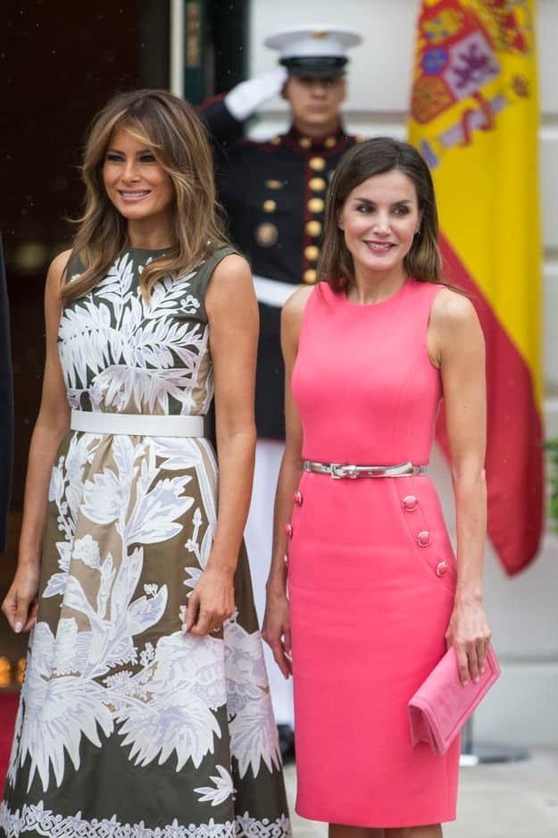 Robe cintrée rose bonbon - la couleur de 2017 qui reste encore tendance cette année - pour la visite au président américain. Un look Michael Kors.