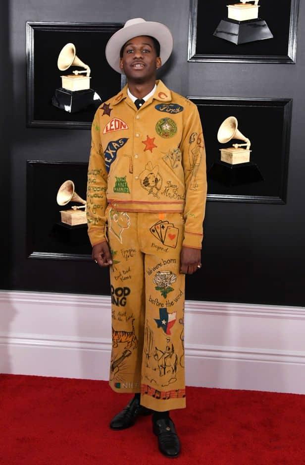 L'artiste Leon Bridges s'est distingué avec cette tenue jaune de la marque Bode. L'un des looks les plus originaux de la cérémonie.