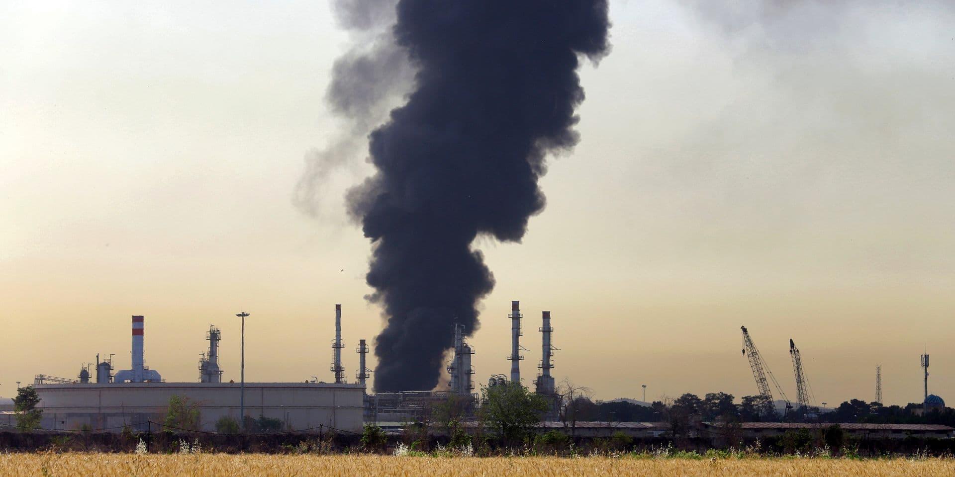 """Incendie dans une raffinerie de pétrole à Téhéran: le feu est """"maîtrisé"""" mais pas éteint"""