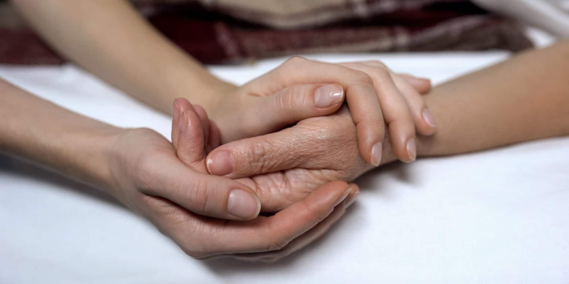 En France, le débat sur l'euthanasie réveille les tensions