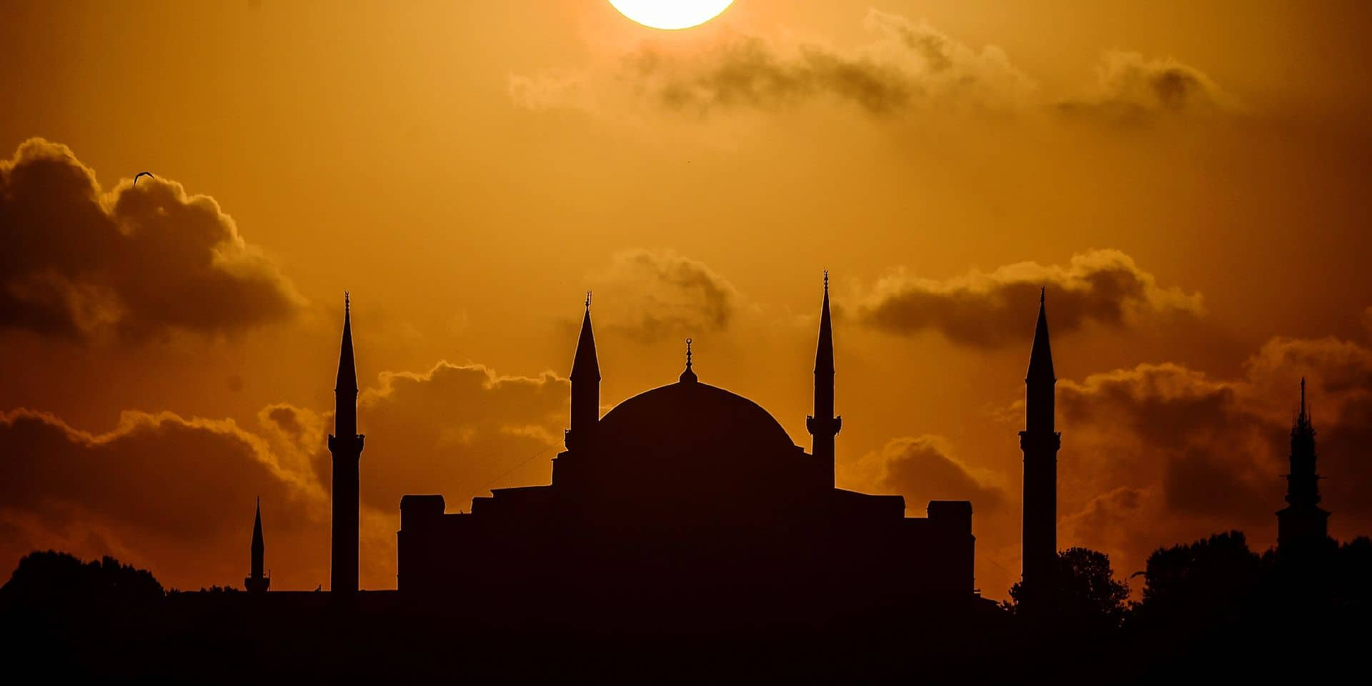A picture taken at sunset on August 17, 2017 shows a view of Sultanahmet mosque (aka the Blue mosque) in the historic Sultanahmet district of Istanbul. / AFP PHOTO / OZAN KOSE
