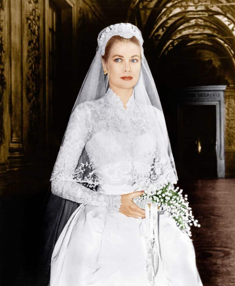 En 1956, l'actrice se marie avec le prince Rainier de Monaco dans une robe signée Helen Rose, plutôt habituée à travailler pour le cinéma. La dentelle utilisée était vieille d'un siècle et le corsage a même été réalisé à Bruxelles.