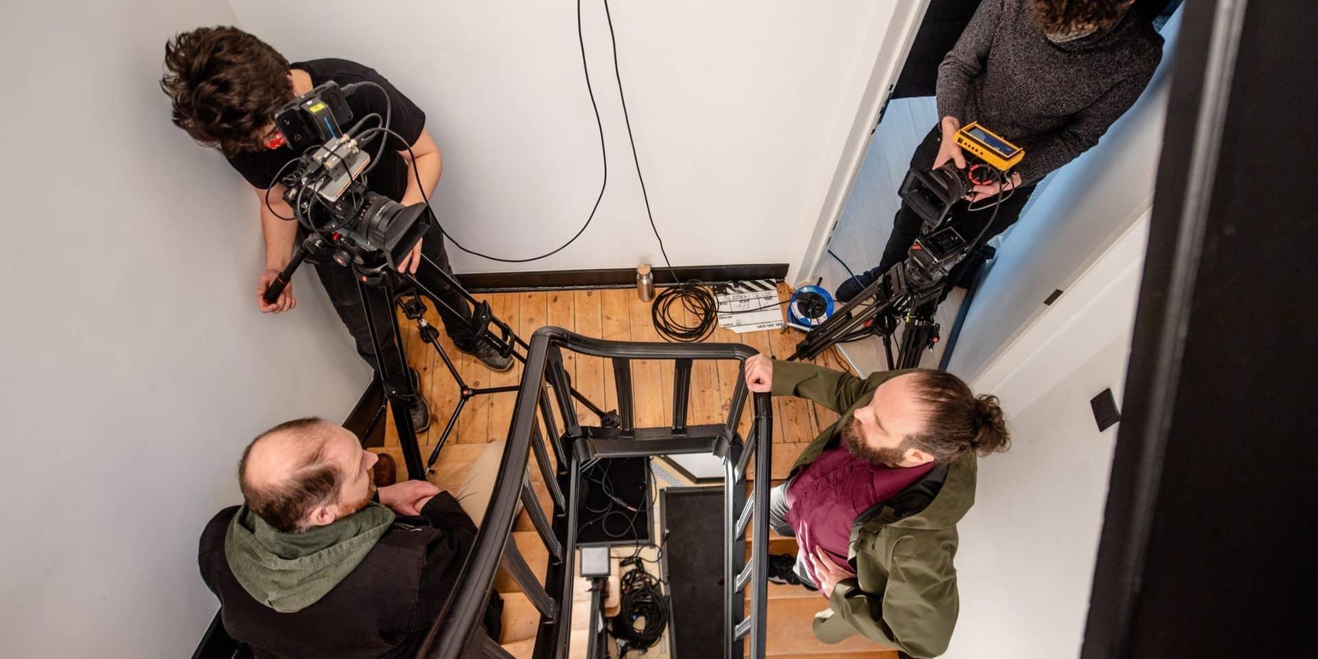 """Frederik Haùgness et Itsik Elbaz en plein tournage dans un immeuble à appartements de la pièce """"Pour en finir avec la question juive""""."""