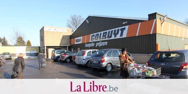 Colruyt, 201, Bergensesteeenweg, 1600 Sint-Pieters-Leeuw (Brabant Flamand) - Magasin Colruyt de Leeuw-Saint-Pierre - Une dame rentre ses marchandises dans le coffre de sa voiture.