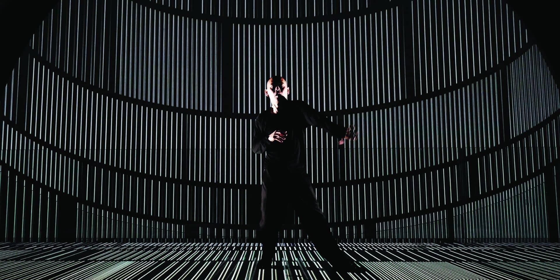 À la lisière entre danse, science et installation audiovisuelle, Hiroaki Umeda revient à Impact avec deux pièces dont «Median», qui déplie, déploie, contracte et éclate les structures.