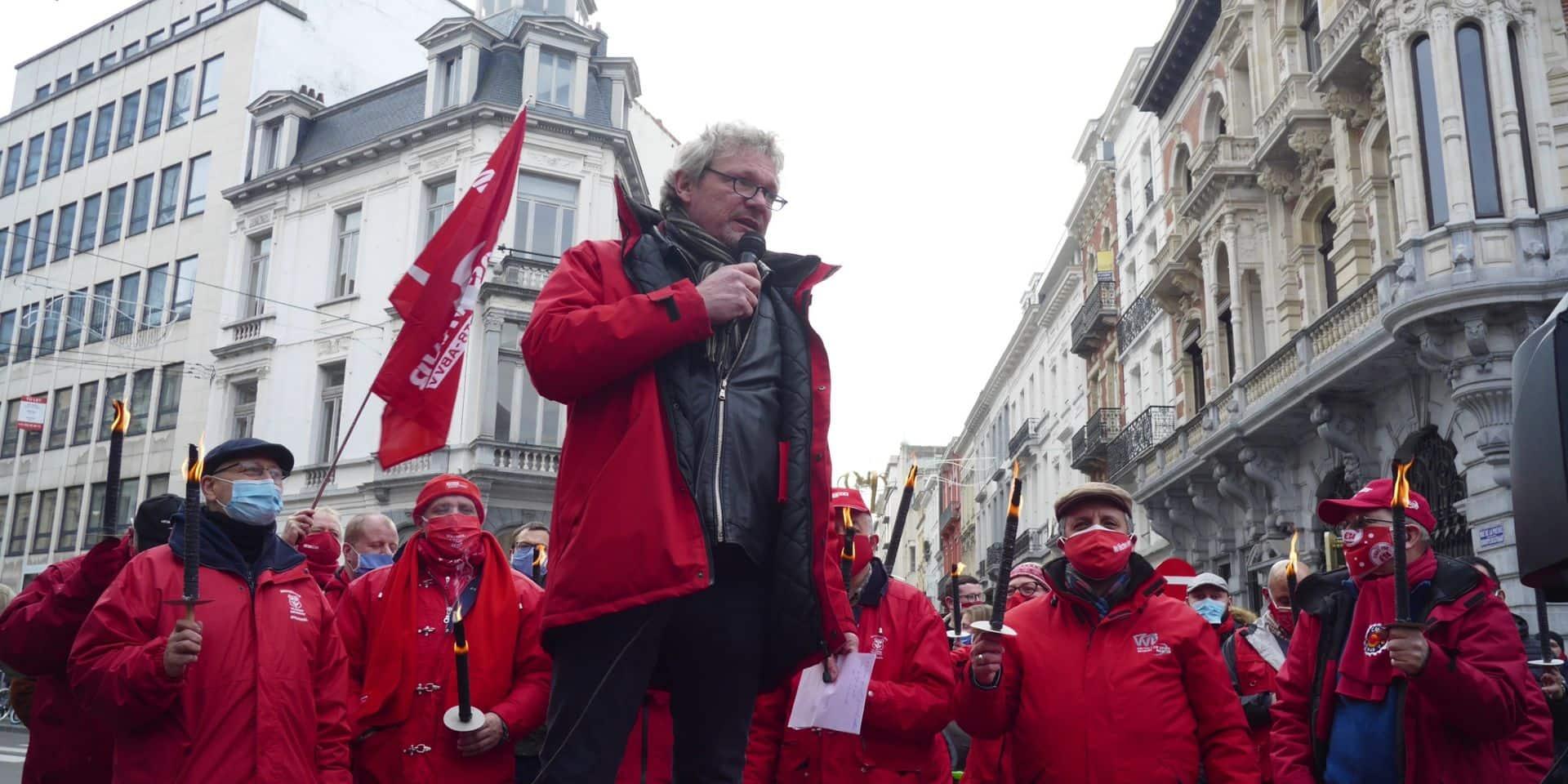 """Des centaines de manifestants réunis à l'appel de la FGTB sur la place Saint-Lambert pour le droit de grève: """"Est-ce vraiment responsable?"""""""