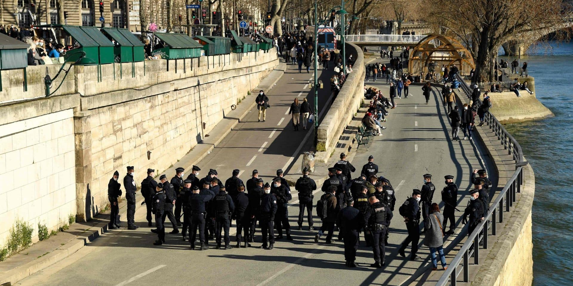 Les quais de Seine bondés à Paris, la police intervient